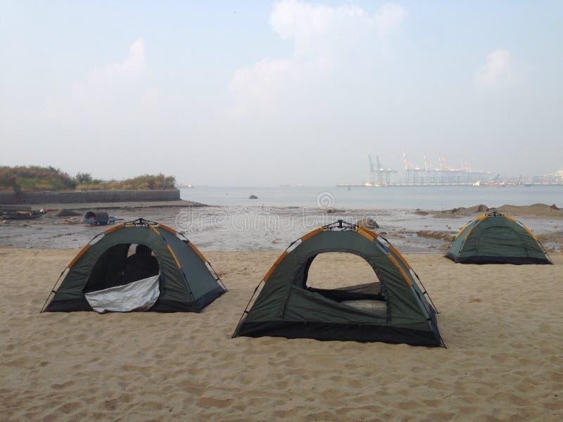 Het kamperen op het strand stock fotografie