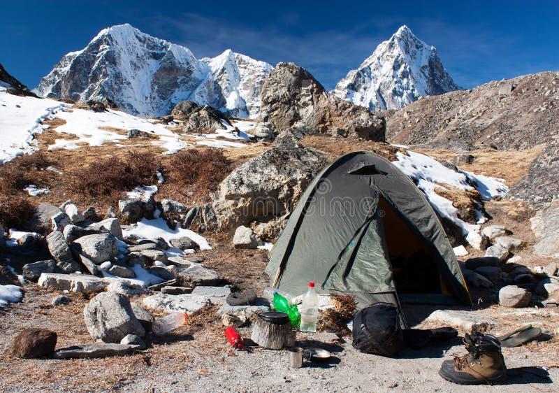 Het kamperen plaats met tent dichtbij het Everest-basiskamp - Nepal stock afbeelding
