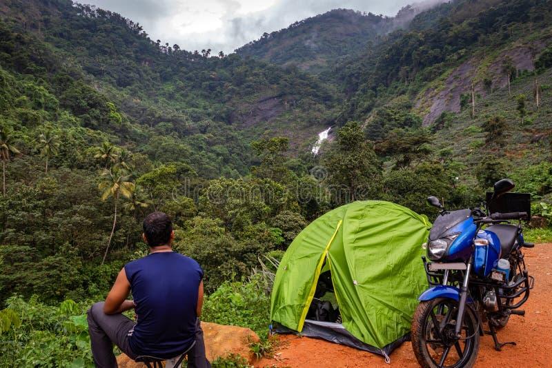 Het kamperen solo het reizigersleven in bos royalty-vrije stock foto's