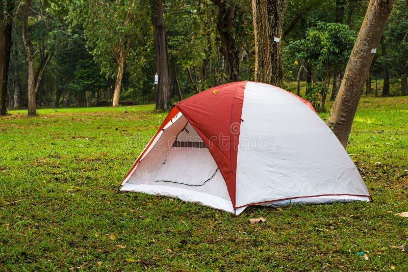 Het kamperen Tent door de waterval van Meerforest chakrapong reservoir KHO ITO bij prachinburi stock foto's