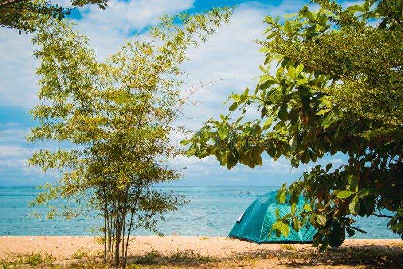 Het kamperen Tent op Strand Conceptentoerisme, actieve rust, vakantie Maleisië royalty-vrije stock afbeeldingen