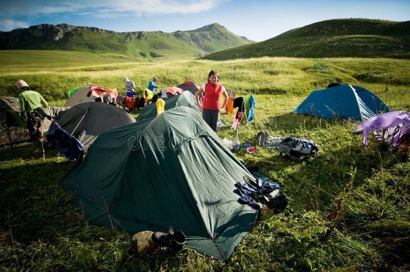 Het kamperen van mensen stock afbeelding