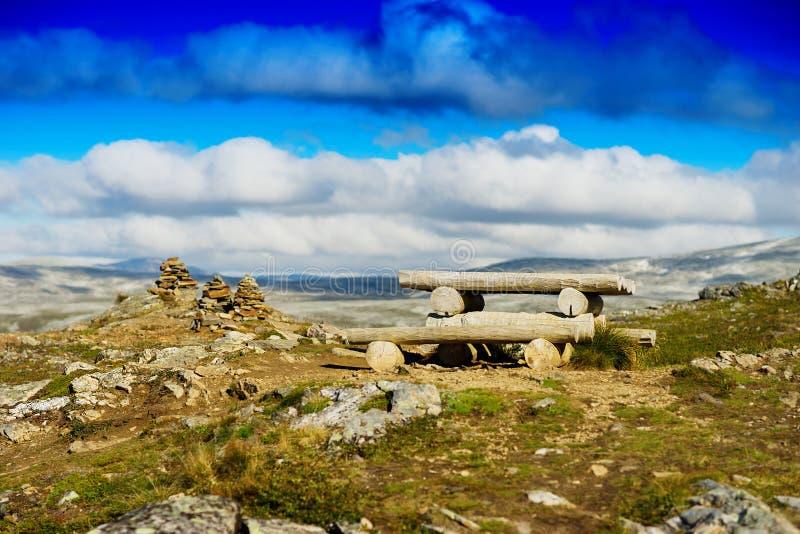 Het kamperen van Noorwegen Viking lijst met de torenlandschap van de zensteen stock fotografie