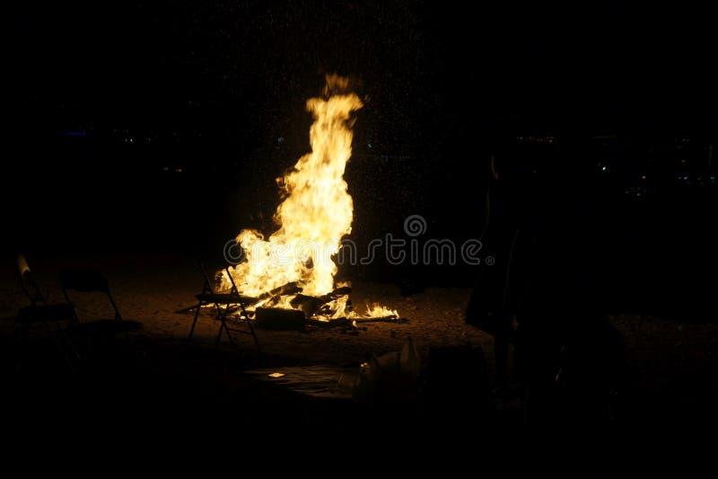 Download Het kamperen vuur stock afbeelding. Afbeelding bestaande uit vlam - 54086987