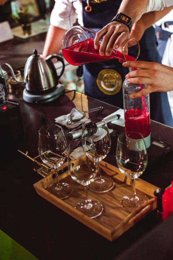Het kampioenschap onder koffiehuizen, leden van teams toont barista` s vaardigheid, voorbereidt dranken stock afbeeldingen
