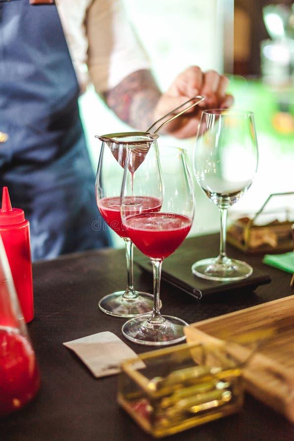 Het kampioenschap onder koffiehuizen, leden van teams toont barista` s vaardigheid, voorbereidt dranken royalty-vrije stock foto's