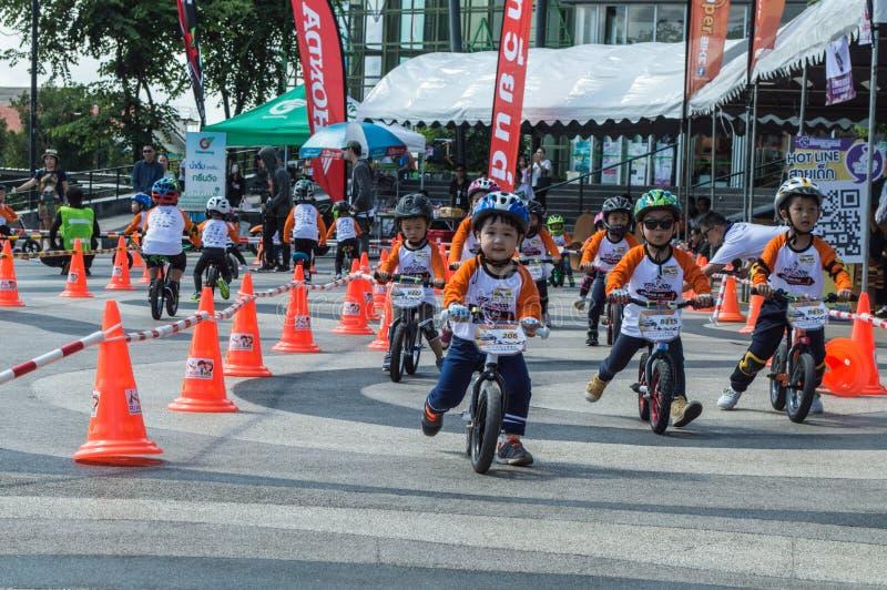 Het Kampioenschap van de Fietschiangrai van het vinsaldo, Kinderen neemt aan het ras van de saldofiets deel stock foto's
