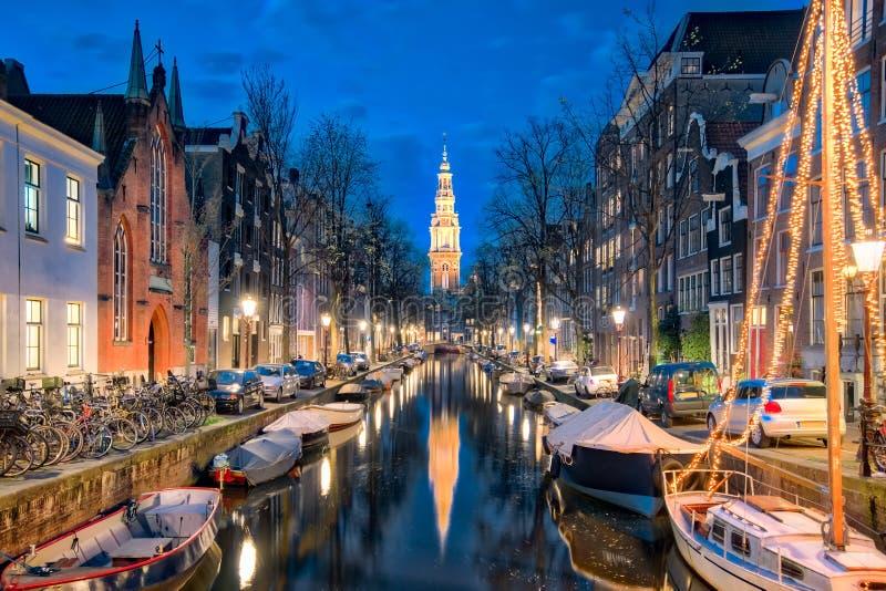 Het kanaal in Amsterdam met Zuiderkerk-kerk in de stad van Amsterdam, stock afbeelding