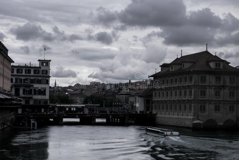 Het kanaal door Zürich stock fotografie