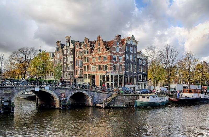 Het kanaal en de brug van Amsterdam stock foto