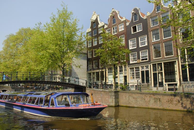 Het kanaal van Amsterdam met boot stock afbeelding