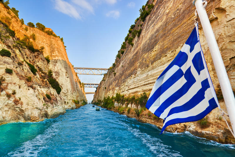 Het kanaal van Corinth in de Griekse vlag van Griekenland en op schip stock fotografie