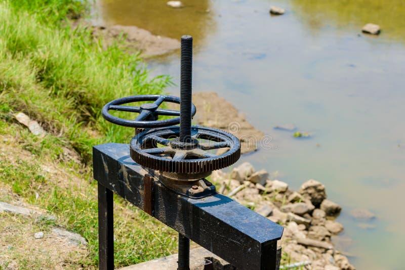 Het Kanaal van de irrigatie en de klep van de Sluisdeur royalty-vrije stock afbeeldingen