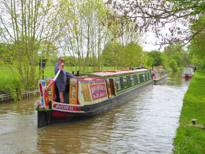 Het kanaal van de mensenleiding narrowboat stock afbeelding