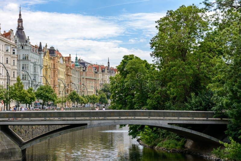 Het kanaal van de Vltavarivier in Praag, Slovansky ostrov, Tsjechische Republiek royalty-vrije stock foto's