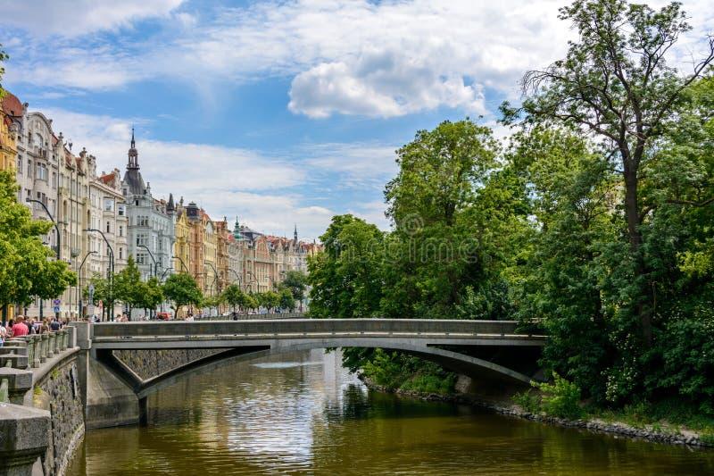Het kanaal van de Vltavarivier in Praag, Slovansky ostrov, Tsjechische Republiek stock foto