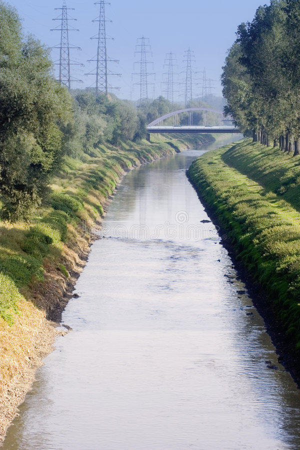 Het kanaal van het afvalwater met de riolering van miljoenen mensen royalty-vrije stock afbeelding