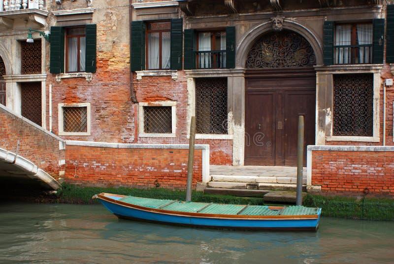 Het kanaal van Venetië en een boot royalty-vrije stock foto