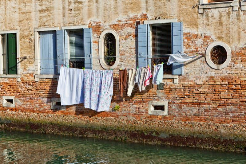 Het Kanaal van Venetië met wasserij het drogen in de zon stock foto