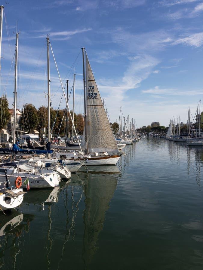 Het Kanaalbezinning van de Riminihaven stock foto
