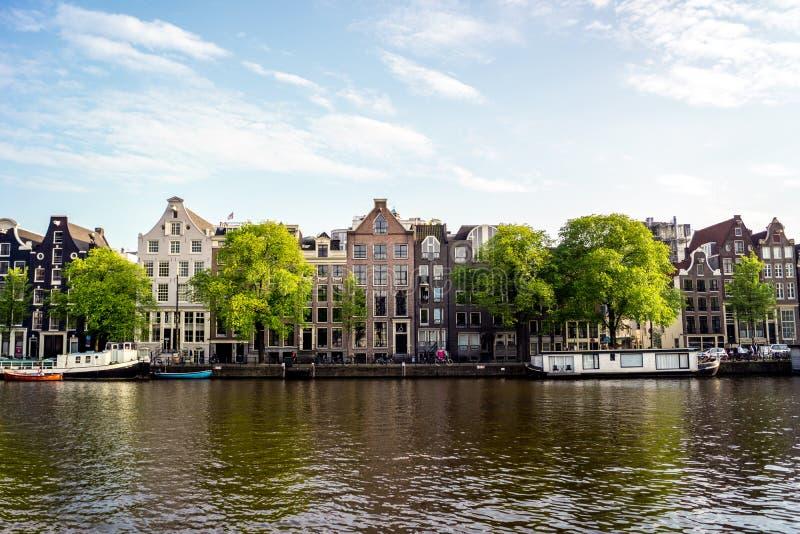 Het kanaalhuizen van Amsterdam op een zonnige dag stock foto's
