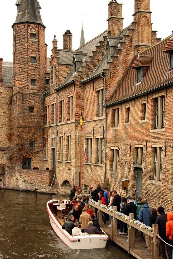 Het kanaalschip van de toerist in Brugge (België) stock foto's
