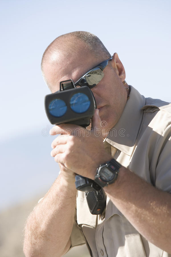Het Kanon van ambtenarenlooking through radar stock afbeeldingen