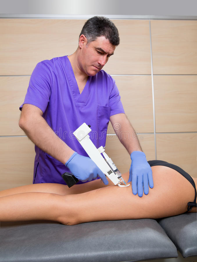 Het kanontherapie van Mesotherapy voor cellulite arts met vrouw stock afbeelding