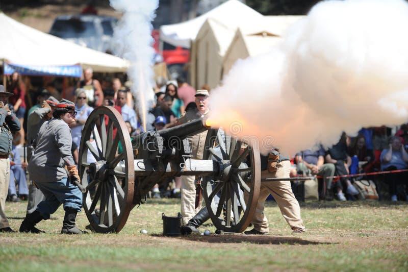 Het kanonvuren van het burgeroorlogweer invoeren bij Huntington Beach stock fotografie