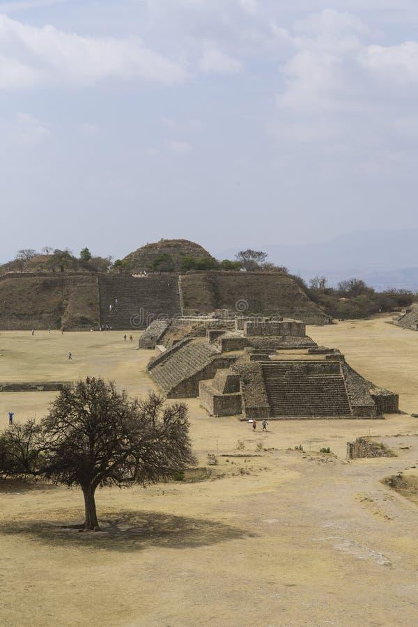 Het kapitaal van de Azteekse cultuur was Monte Alban, waar nu slechts de ruïnes worden verlaten royalty-vrije stock foto