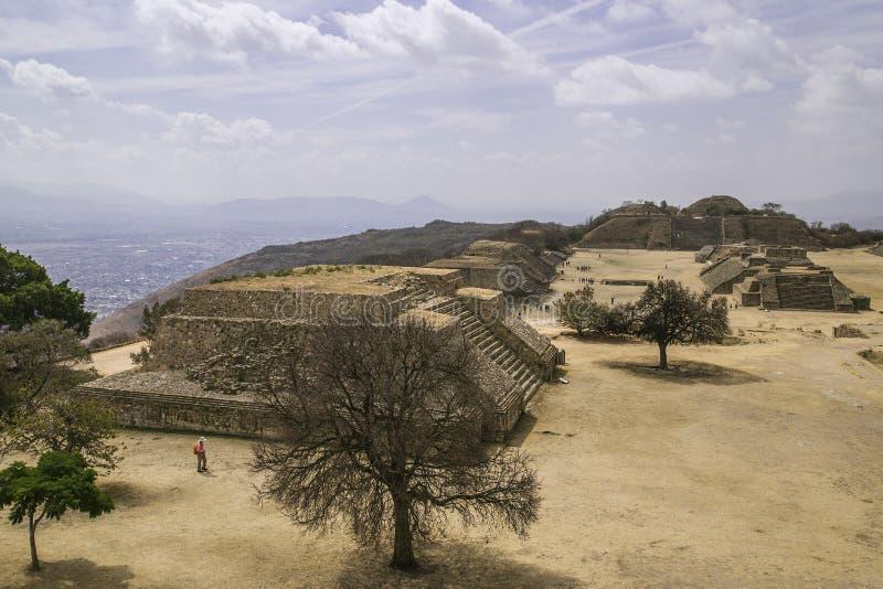 Het kapitaal van de Azteekse cultuur was Monte Alban, waar nu slechts de ruïnes worden verlaten stock foto