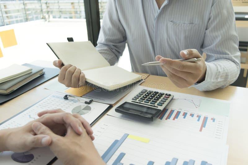 Het kapitalistische bedrijf controleert de financiële rekening van het bedrijf op goedkeuring van het geld voor te bereiden Om vo stock foto's