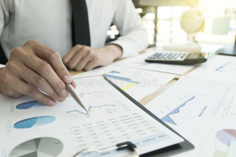 Het kapitalistische bedrijf controleert de financiële rekening van het bedrijf op goedkeuring van het geld voor te bereiden Om vo stock foto