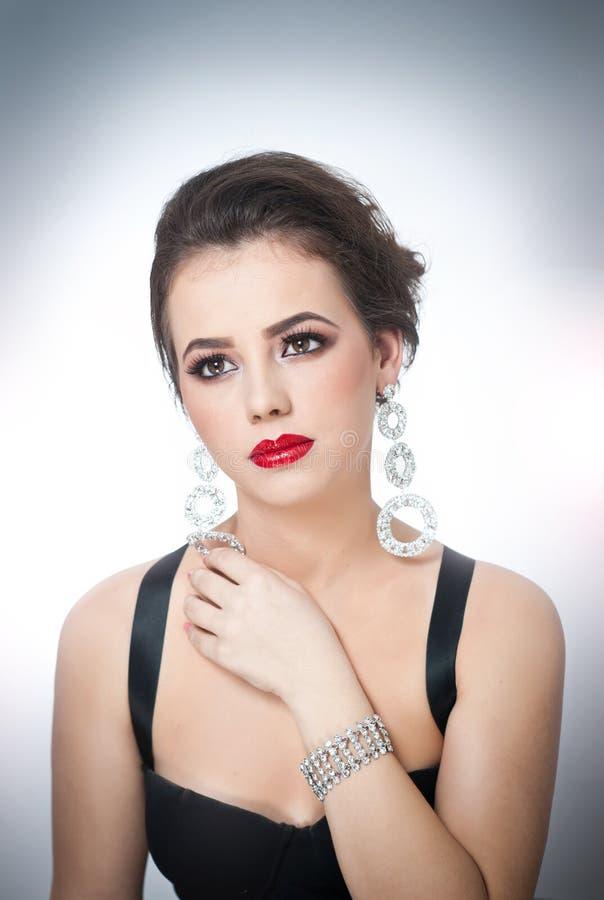 Het kapsel en maakt omhoog - mooi vrouwelijk kunstportret met mooie ogen elegantie Echt natuurlijk brunette met juwelen stock afbeeldingen