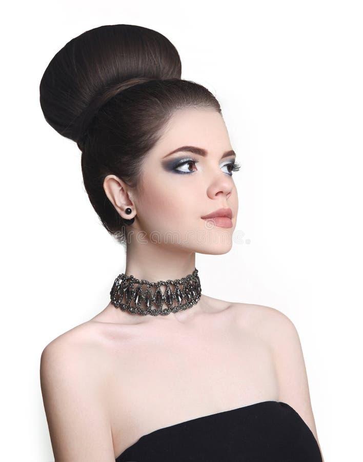 Het kapsel van het manierbroodje Het meisje van de schoonheidsmake-up Aantrekkelijke tiener brune royalty-vrije stock afbeelding