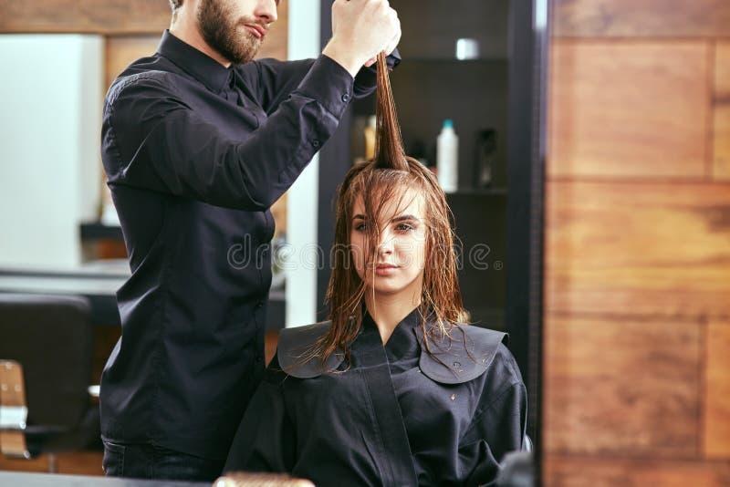 Het kapsel van vrouwen kapper, schoonheidssalon royalty-vrije stock foto