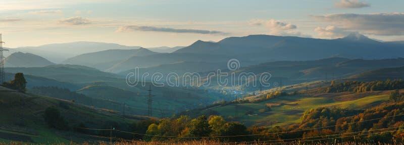 (Het Karpatische) panorama van de de avondberg van de herfst stock foto's