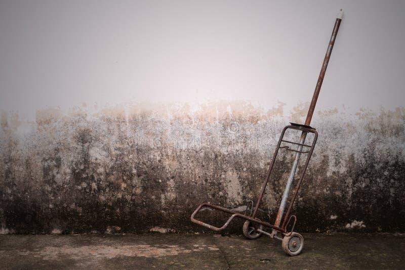 Het karretje van de staalhand tegen oude bakstenen muur royalty-vrije stock afbeelding
