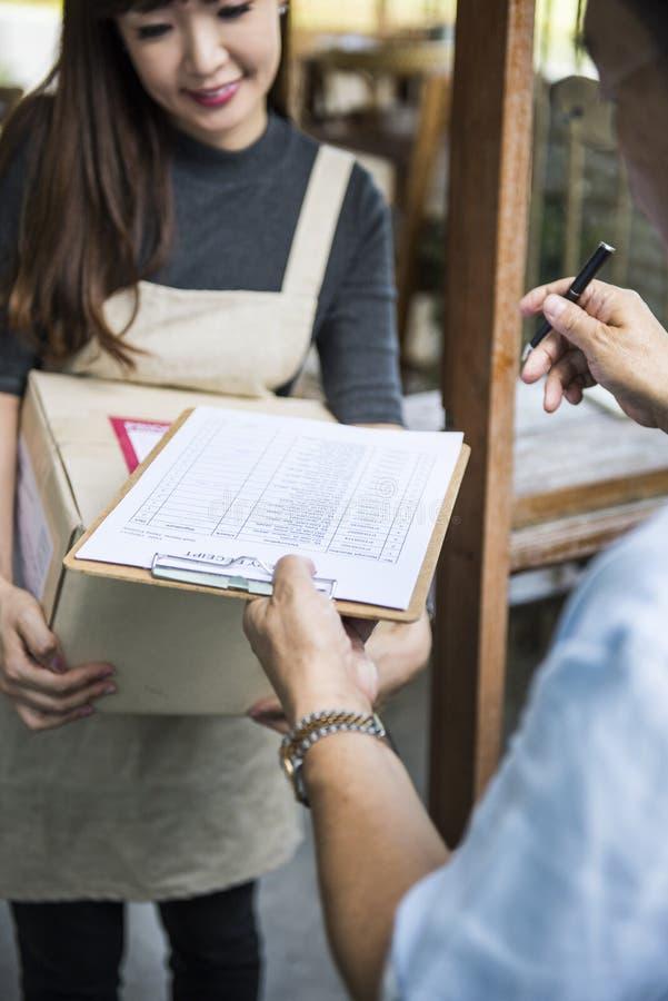 Het Kartonconcept van Freight Package Shipment van de leveringskoerier royalty-vrije stock afbeeldingen