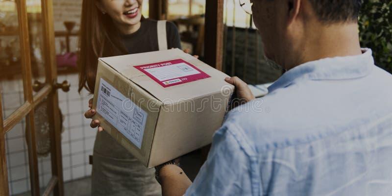 Het Kartonconcept van Freight Package Shipment van de leveringskoerier royalty-vrije stock afbeelding