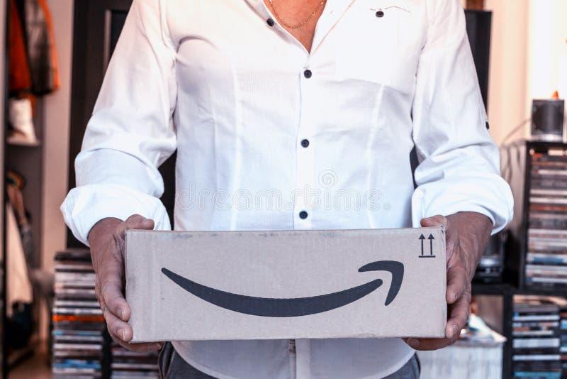 Het kartondoos van de mensenholding van Amazonië royalty-vrije stock foto's