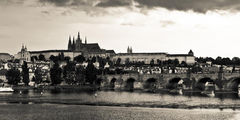 Het Kasteel & Charles Bridge van Praag vóór het onweer stock foto's
