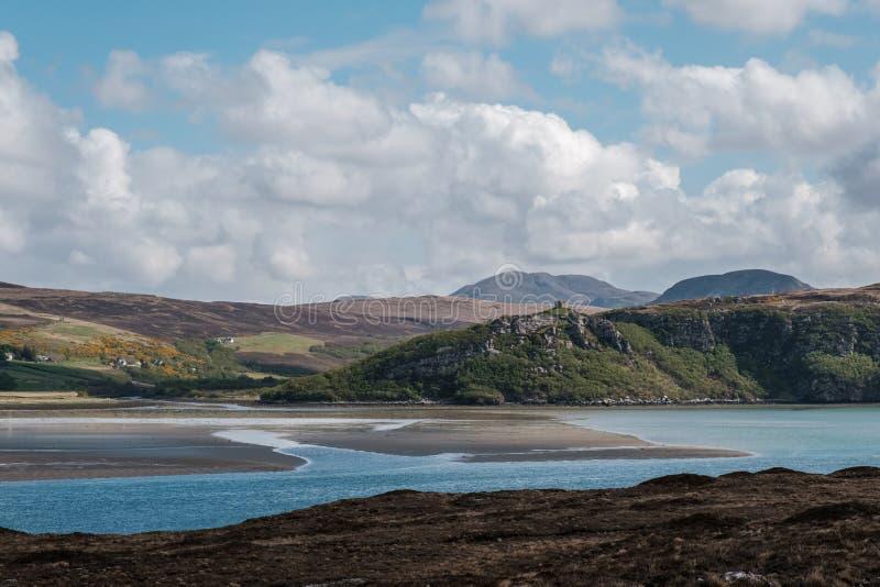 Het kasteel Bharrich overziet Kyle van Tong in Schotland stock afbeeldingen