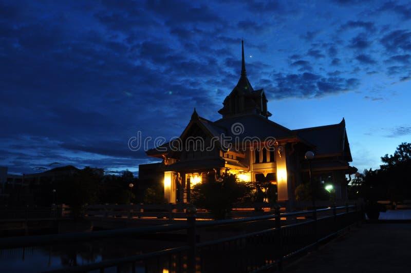 Het kasteel bij nacht stock afbeeldingen