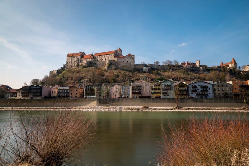Het kasteel in Burghausen met sommige struiken in de voorgrond stock foto's