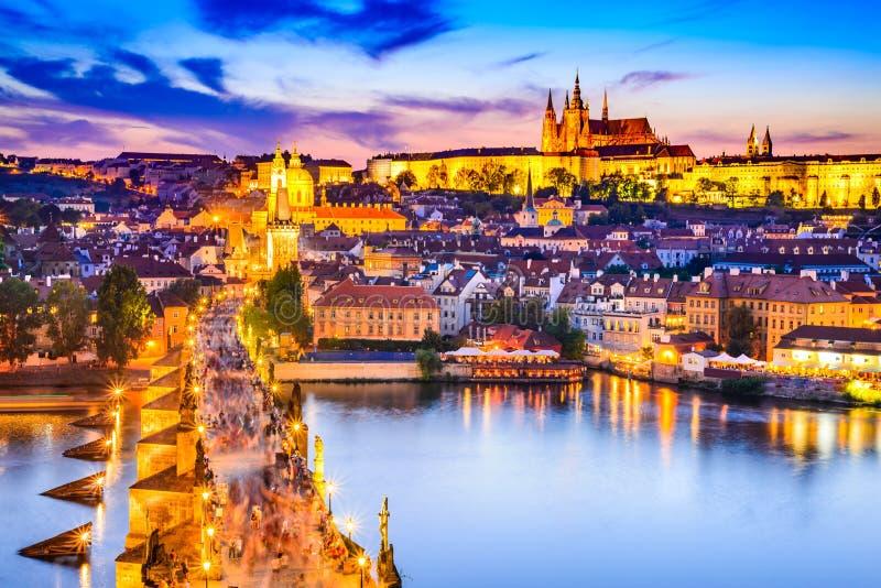 Het kasteel en Charles Bridge, Tsjechische republiek van Praag stock foto's