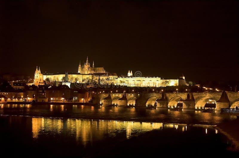 Het Kasteel en Charles Bridge van Praag royalty-vrije stock afbeelding