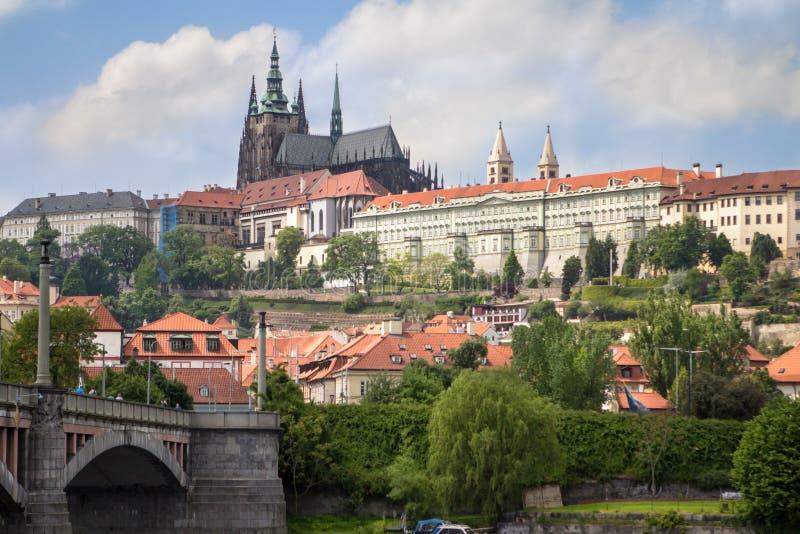 Het Kasteel en Charles Bridge van Praag in Praag over de rivier Vlta stock afbeeldingen
