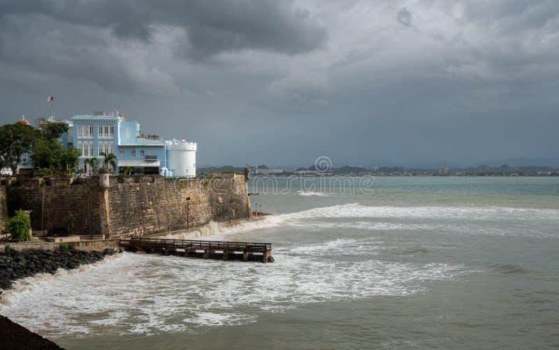 Het kasteel en de muren van La Fortaleza met ruwe overzees in San Juan Puerto Rico stock foto's