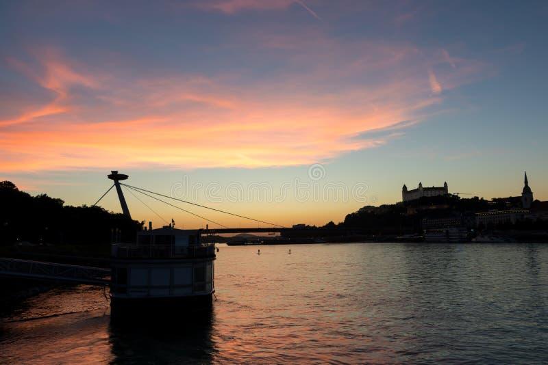 Het kasteel en de rivier Donau van Bratislava in de avond stock foto